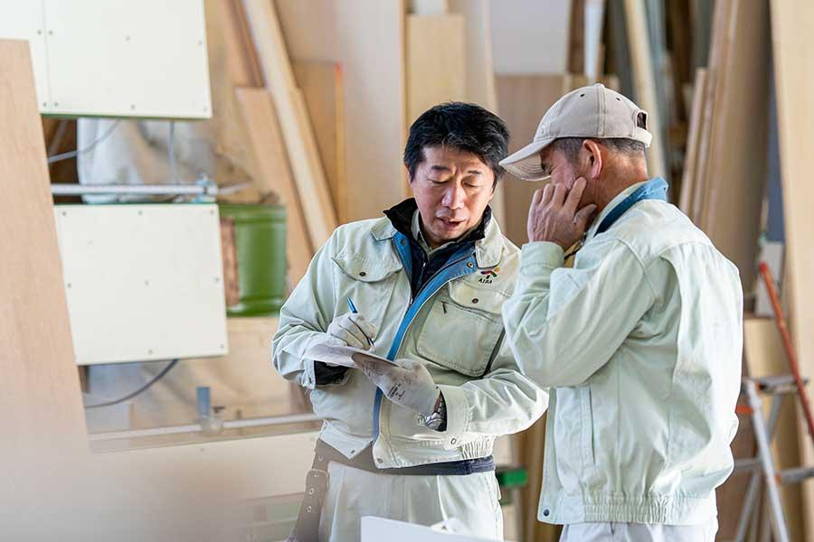 リフォーム工事の現場では現場監督、職人が細部にわたり検討を重ねていきます