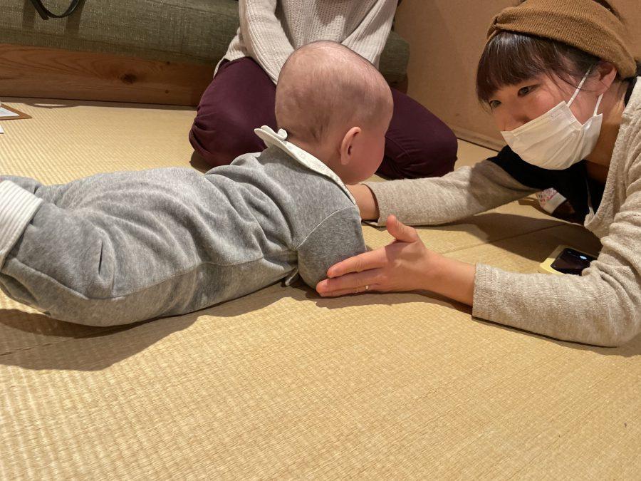赤ちゃんの抱き方なども伝授、わらべ歌でたのしく!