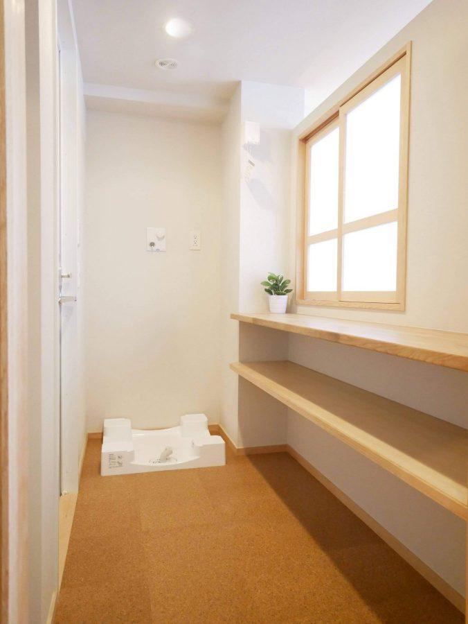 キッチン背面の窓の裏は家事室兼脱衣室