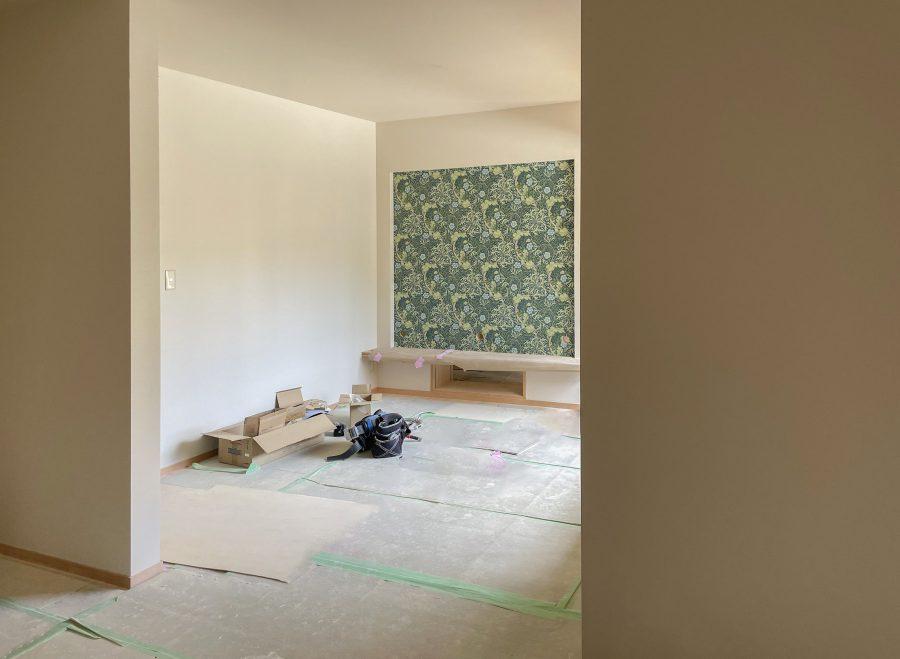 施工中写真 ウイリアムモリスの壁紙がアクセントに