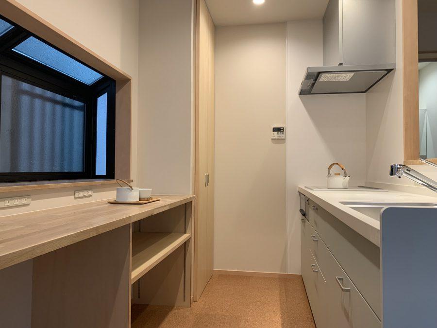 対面キッチンにすることにより、出窓も使いやすく遮熱のペアガラスに変更したので西日対策もばっちりです。