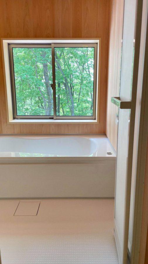 浴室からも緑の景色を楽しめる