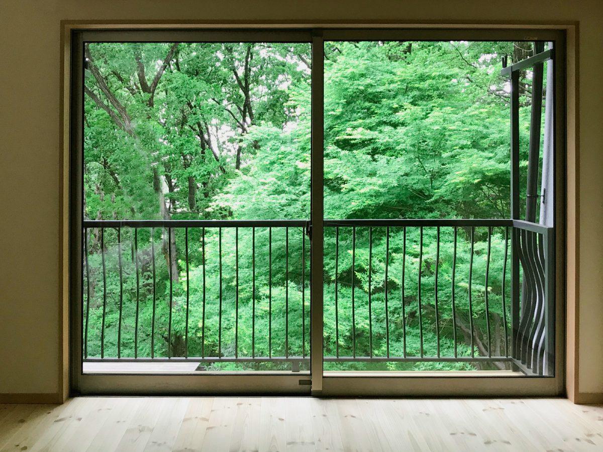 リノベーション工事をした2FのLDKから窓の外を眺める