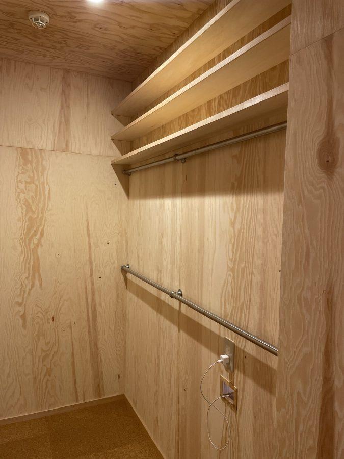 収納室はCDや、フック収納が多いご夫妻のためにパイプを 反対側はIKEAの収納を置く予定