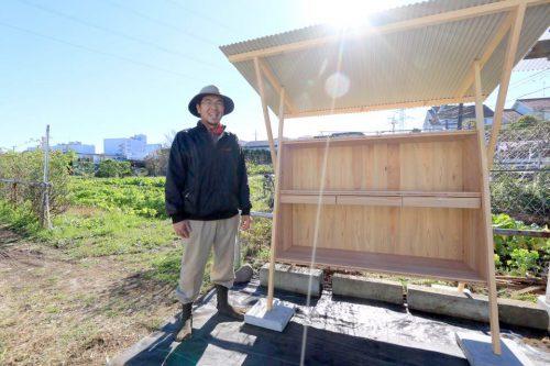 無人販売所と作り手の青木さん