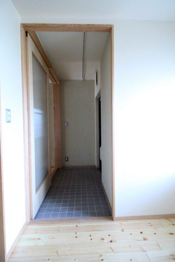 パントリーを抜けて突き当たった個室のもう一つの扉を開けるとまた玄関へ。 この個室の使い方は想像がふくらみます。