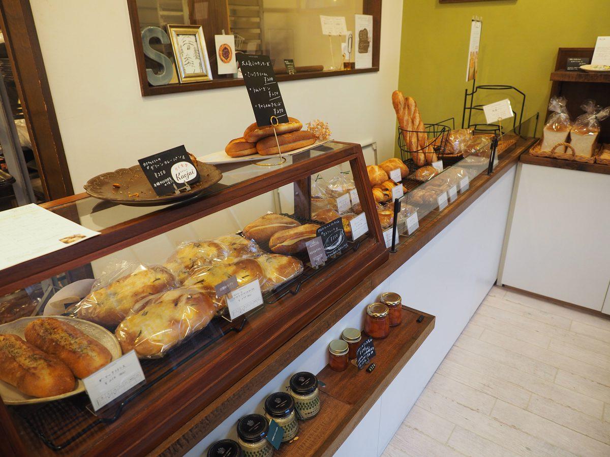 お客さまが選んだパンをご夫婦お二人が取っていくスタイル。説明を聞きながら選ぶのが楽しい。