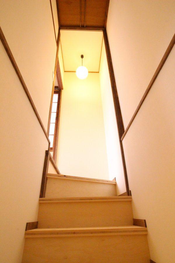 階段から下がる照明も風情があります