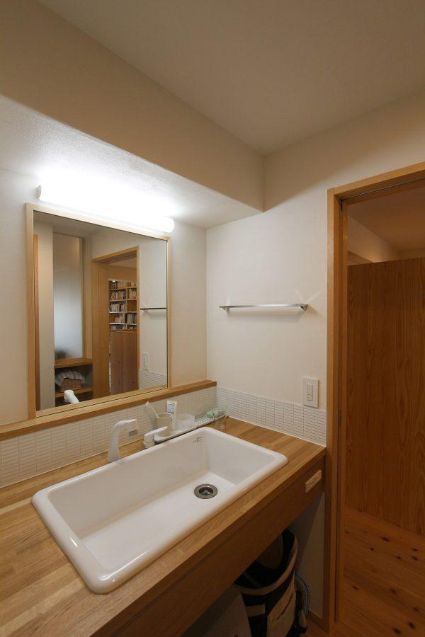 大きな洗面器が印象的なシンプルな洗面スペース