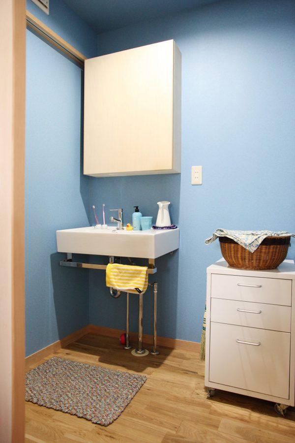 洗面所は鮮やかな水色に。シンプルで使い易そうです