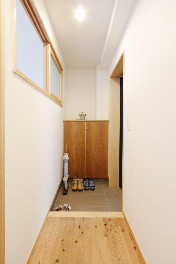 窓の無かった玄関は室内窓を設置することで光が届くように