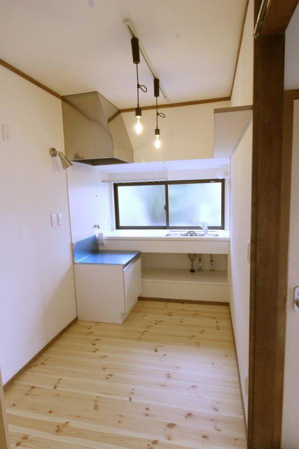 奥に長いキッチンも窓があると明るい印象に