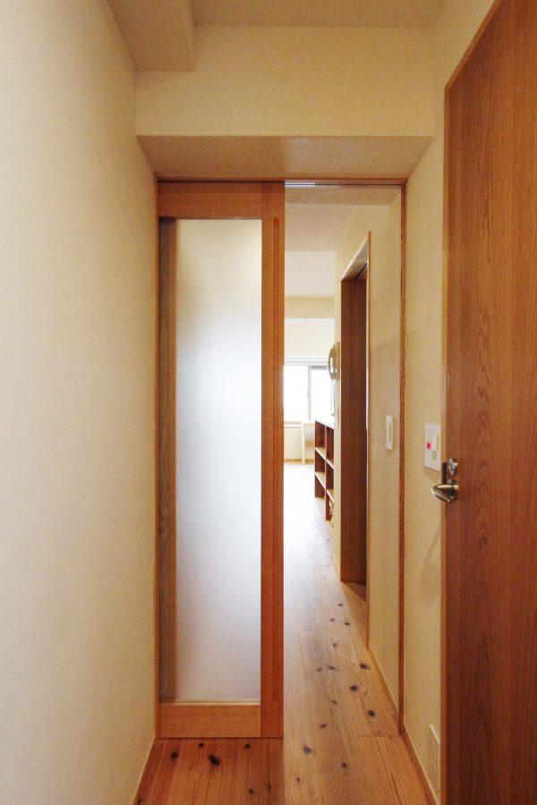 玄関ホールからリビングへつながる建具も框戸で明るく