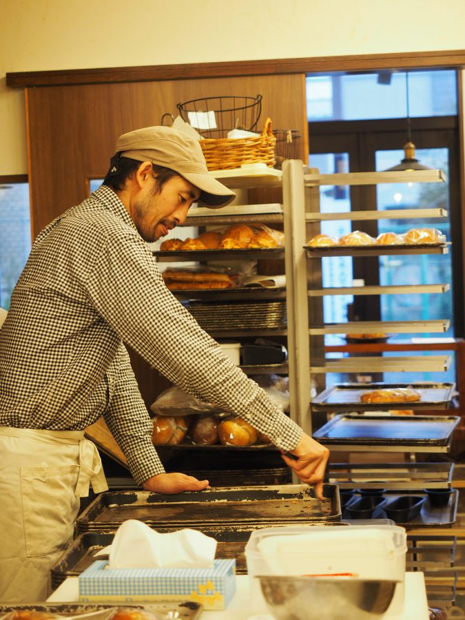 裏の工房ではご主人が心を込めて丁寧にパンを手づくりしています。