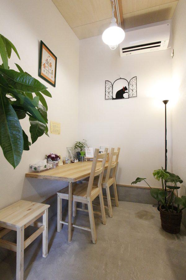大工さんのアイディアで急遽作られた当初の予定には無かったテーブルは人気の席に。