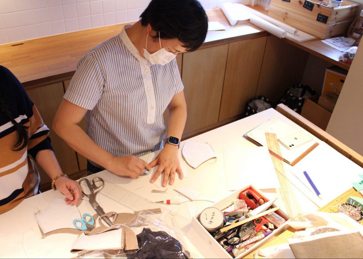 マスクの型紙をつくる坂内先生