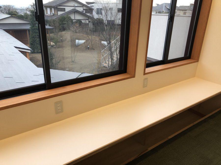 先生たちの作業室 窓から園庭の様子も見られます