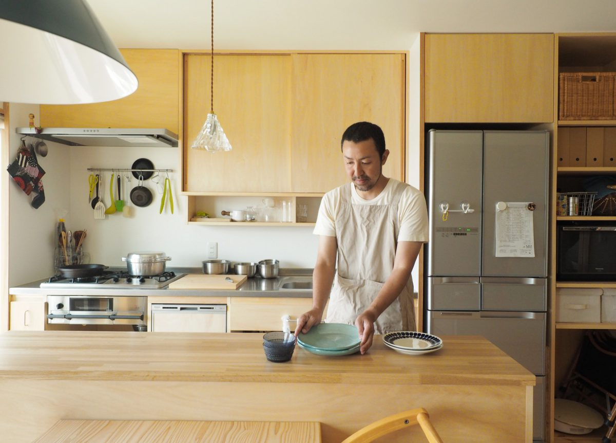 料理中の会話が弾むようにキッチンの位置をダイニングテーブルの前に移動