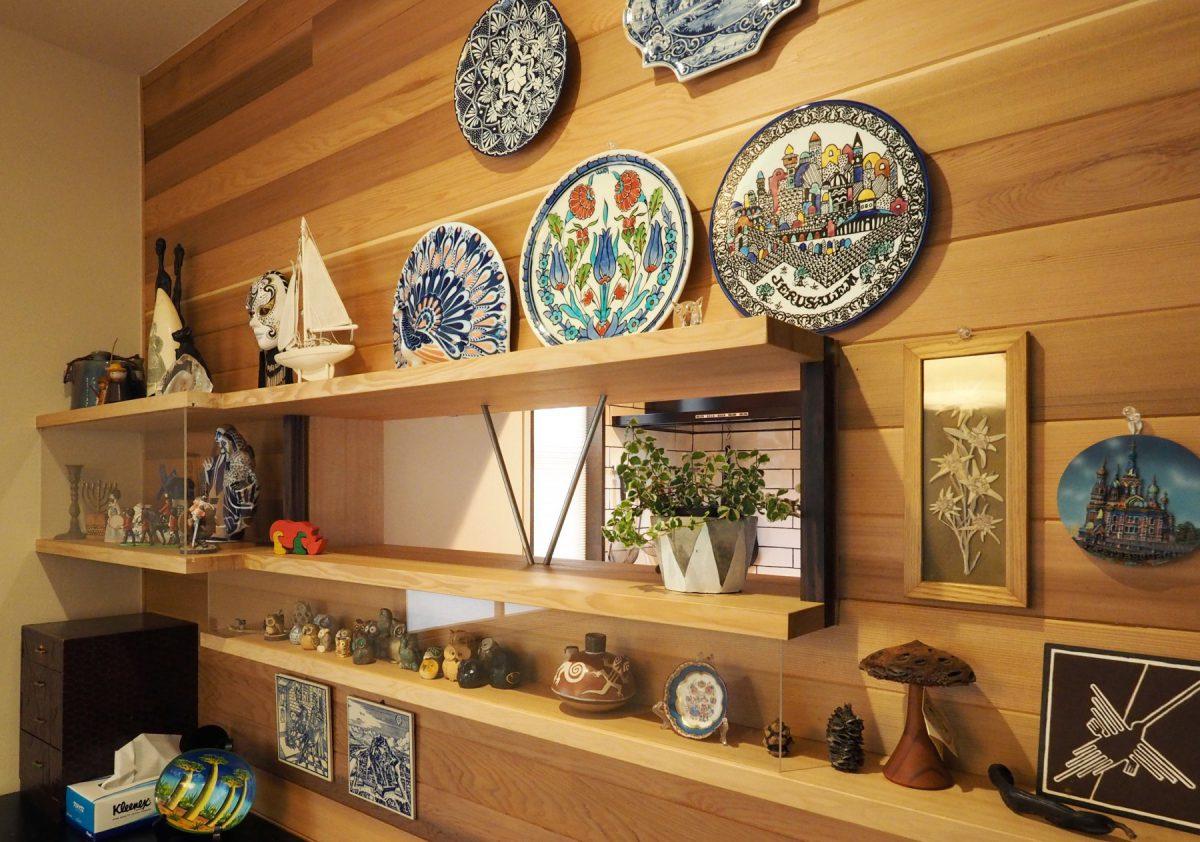 「『世界の国から』コーナー」と名付けられた飾り棚