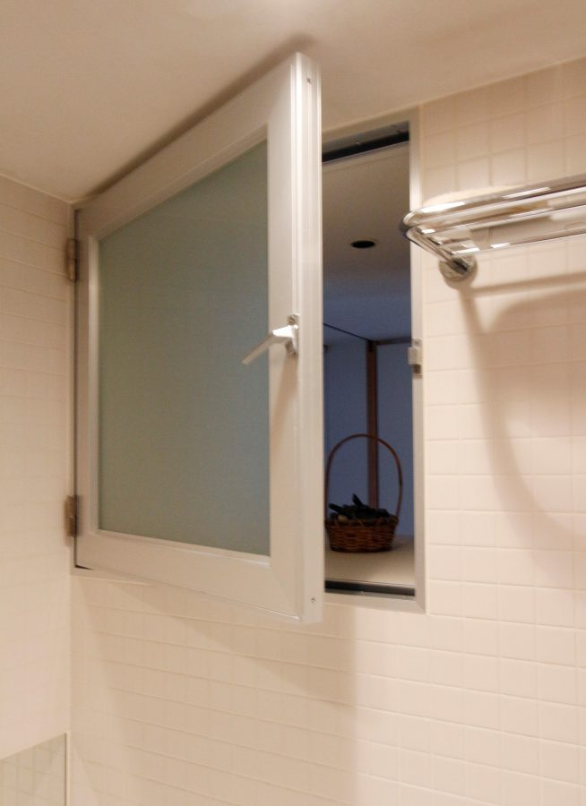内側に換気窓を設置して湿気も解消