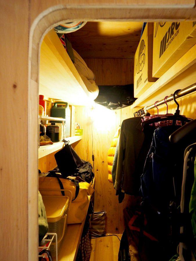 キャンプ道具収納庫は洞窟のような雰囲気