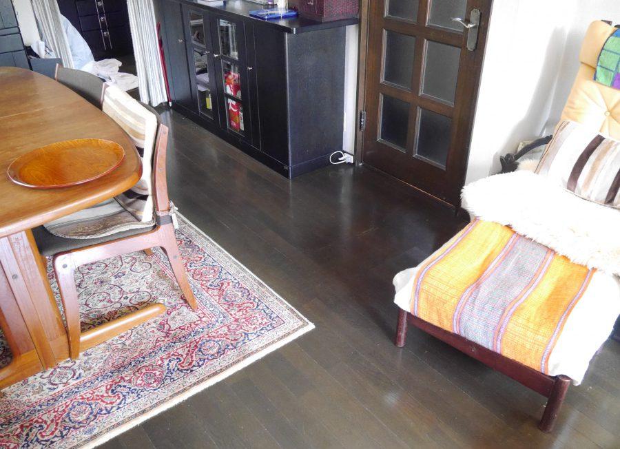 〈施工前〉堅木の床に床暖房を入れ、さらにカーペットを敷きたい、というご希望