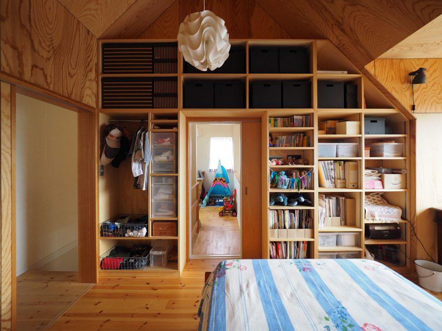 2階の寝室は収納たっぷり