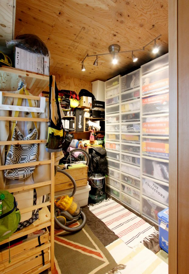 玄関脇のお部屋にはたくさんの趣味の道具を収納