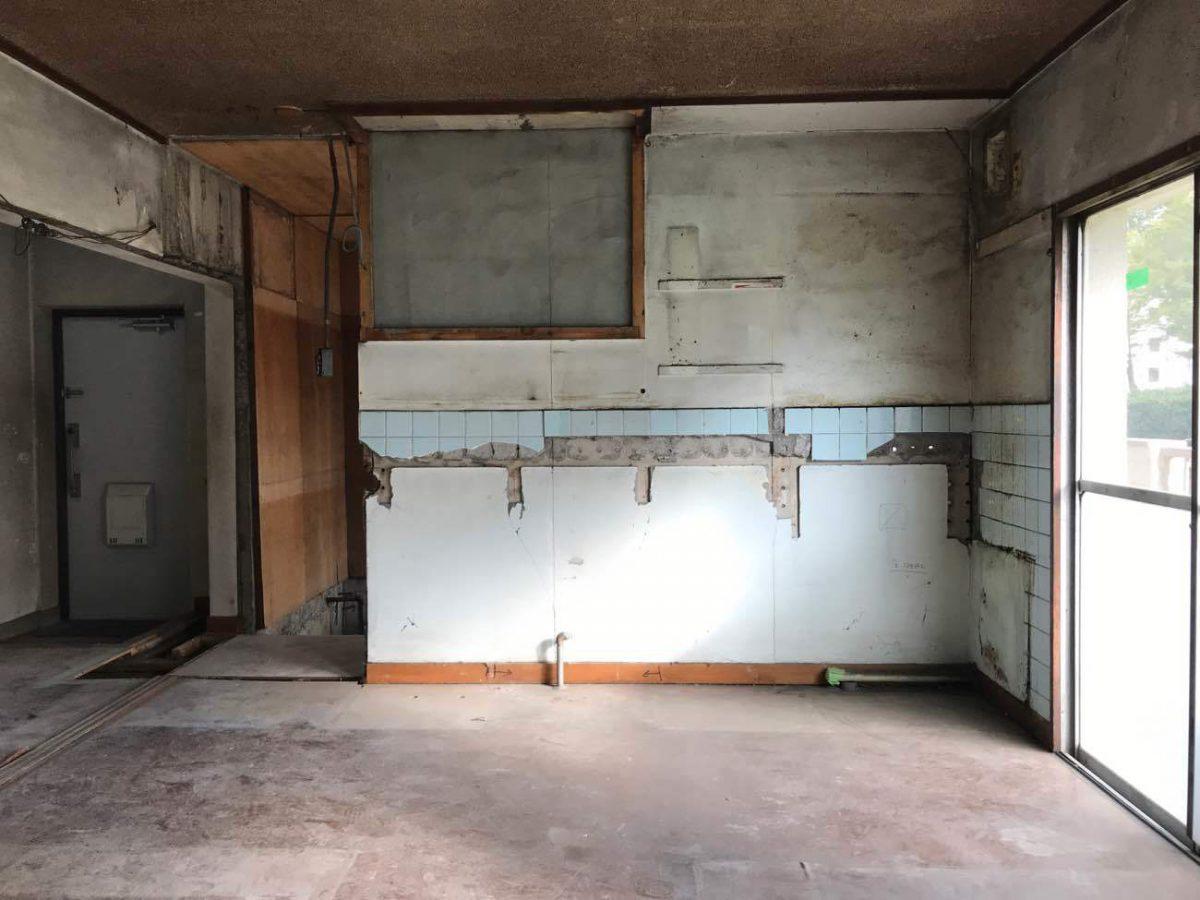 解体時のキッチン部分。天井や梁型はそのまま残して塗装をしてゆきます。