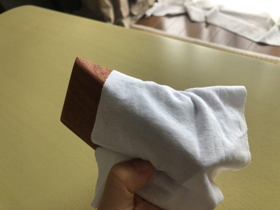 満足いく形になったら蜜蝋ワックスを塗ります。