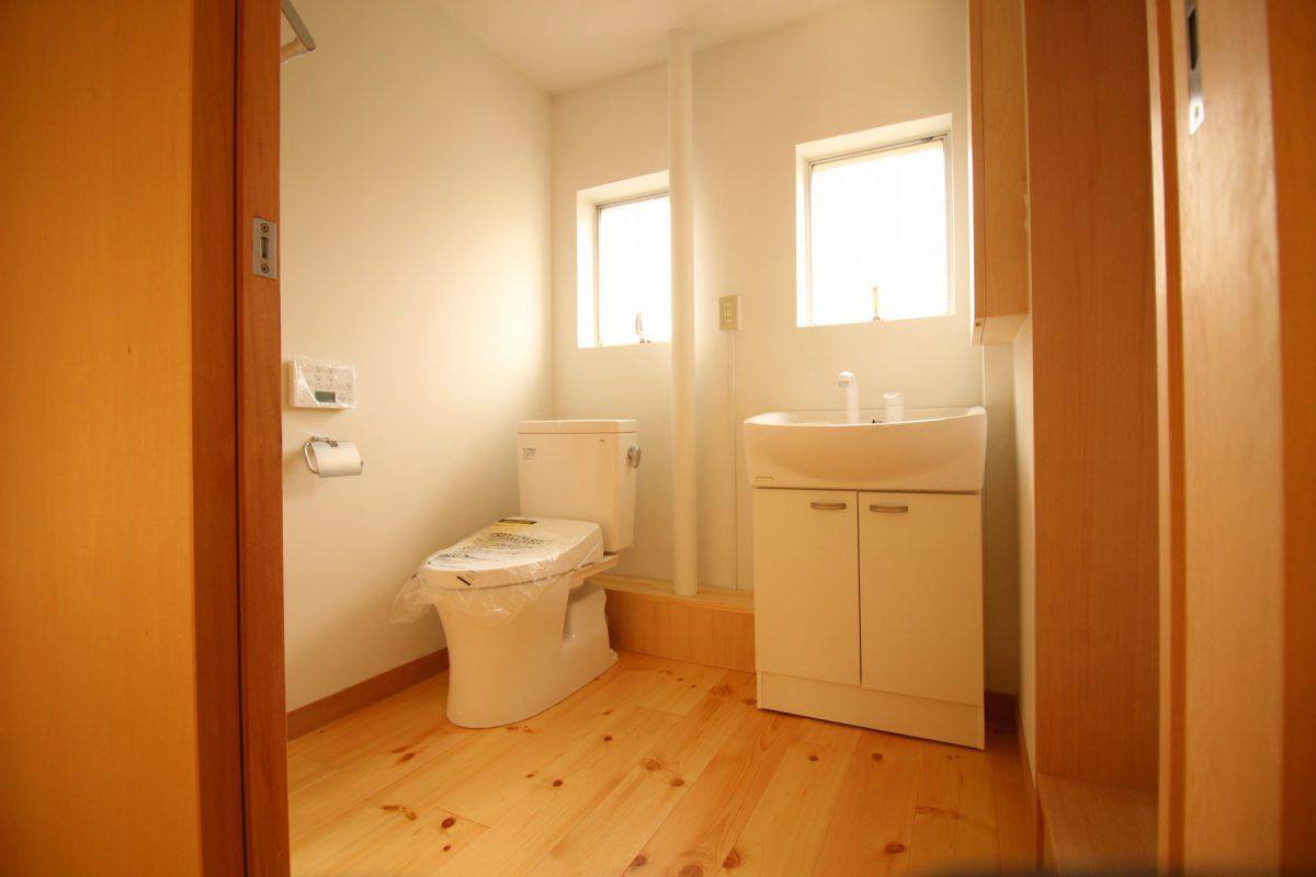 お掃除が大変な場合はポイントを絞って木を使うと永く心地よく過ごせるのではないかと洗面台は既製品を、その上の収納は造作を採用しました。