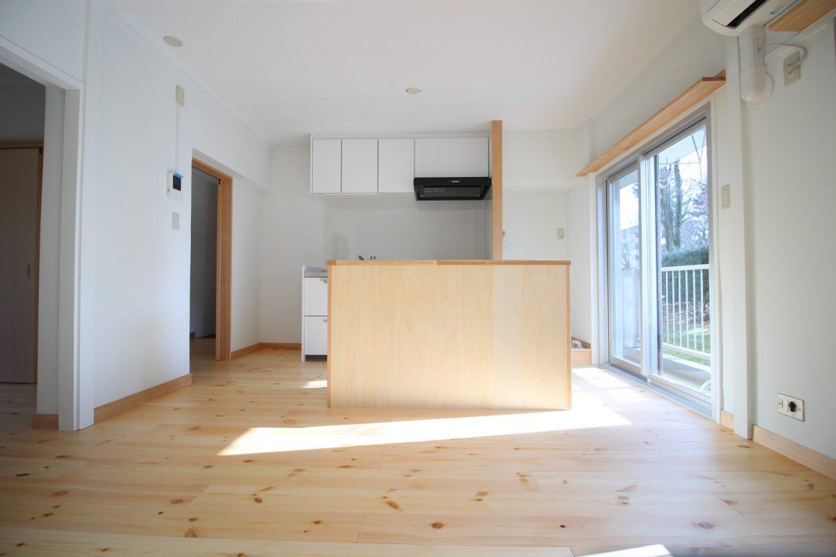 改修後のキッチン部分。左側空きスペースは冷蔵庫置き場、右側はあたらしく洗濯機置き場を。