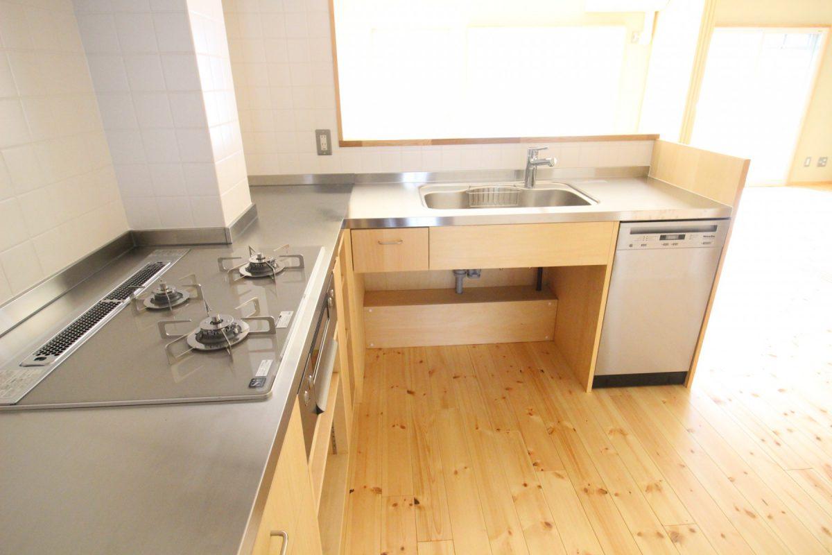 対面のキッチンは設備選びにもこだわったL字形