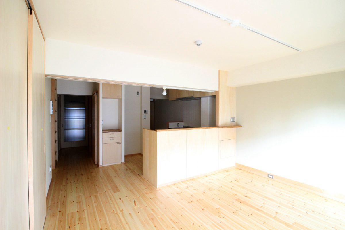 玄関からまっすぐ進むと明るいキッチンとダイニングへ