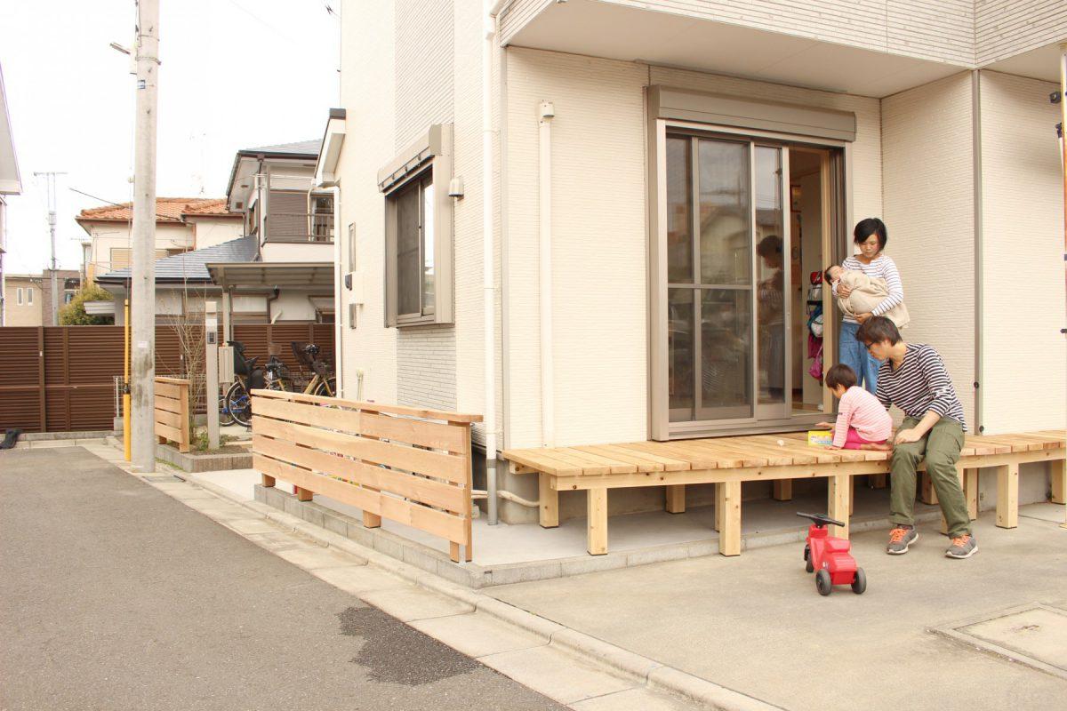 改修後の様子:手前の木塀の後ろにはエアコンの室外機や自転車置き場も