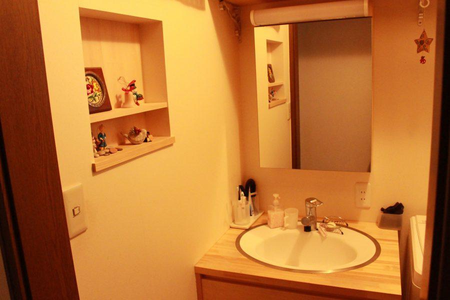AFTER ご希望のサイズの洗面台と鏡付きの収納棚。壁には飾り棚を設置しました。
