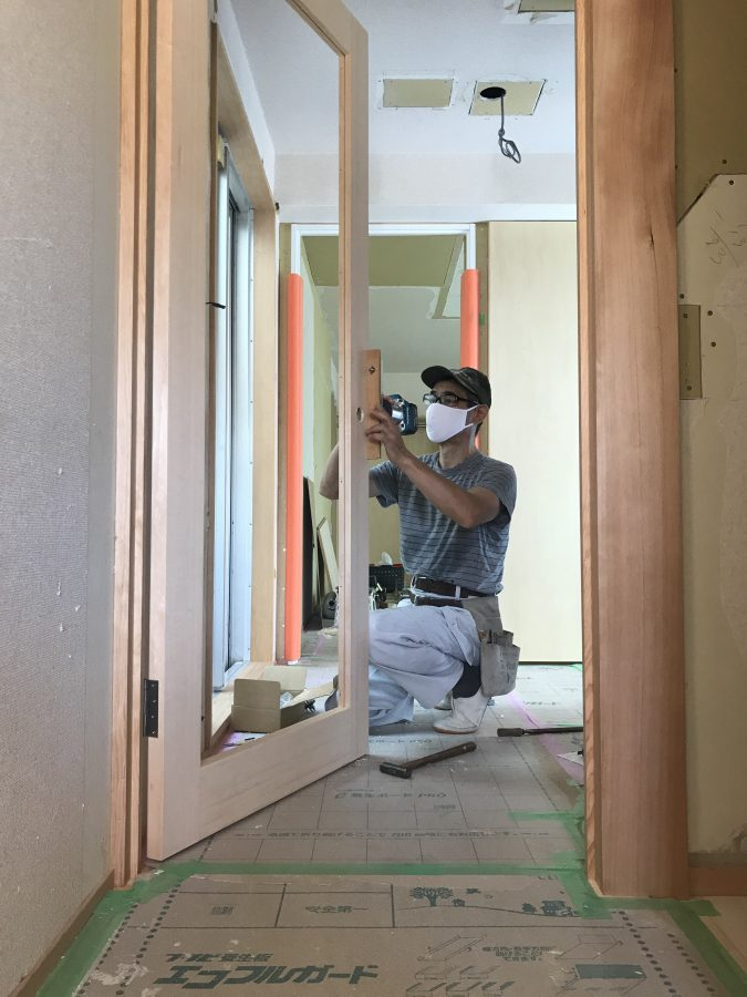 室内を仕切るドアの作業中の建具屋さん