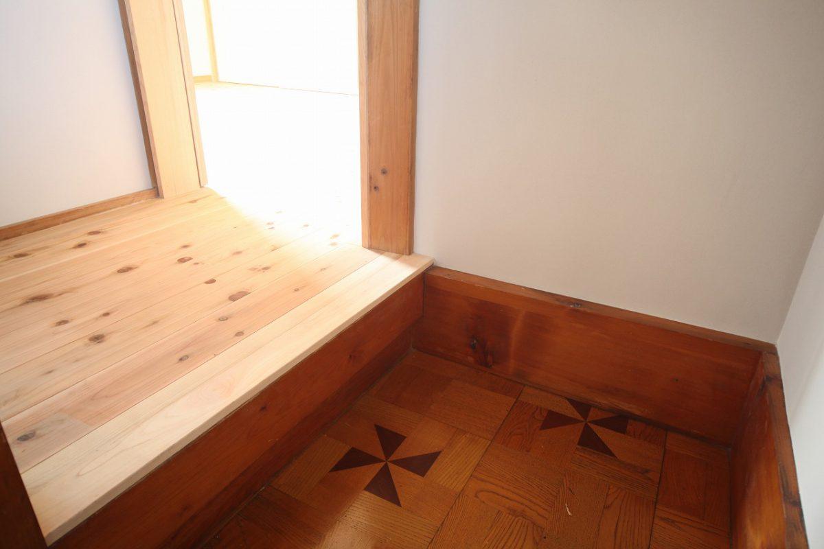 もともとの床の模様と新しい部分が交錯した場所