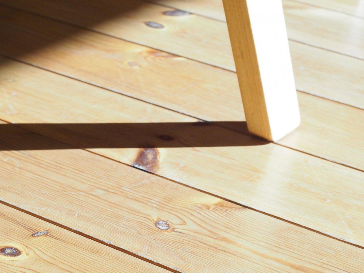 椅子の脚とパイン材の床