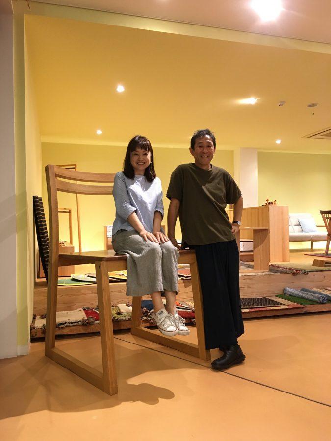 広島の若葉家具さんで大きな椅子に座って小泉誠さんとパチリ(2017年)