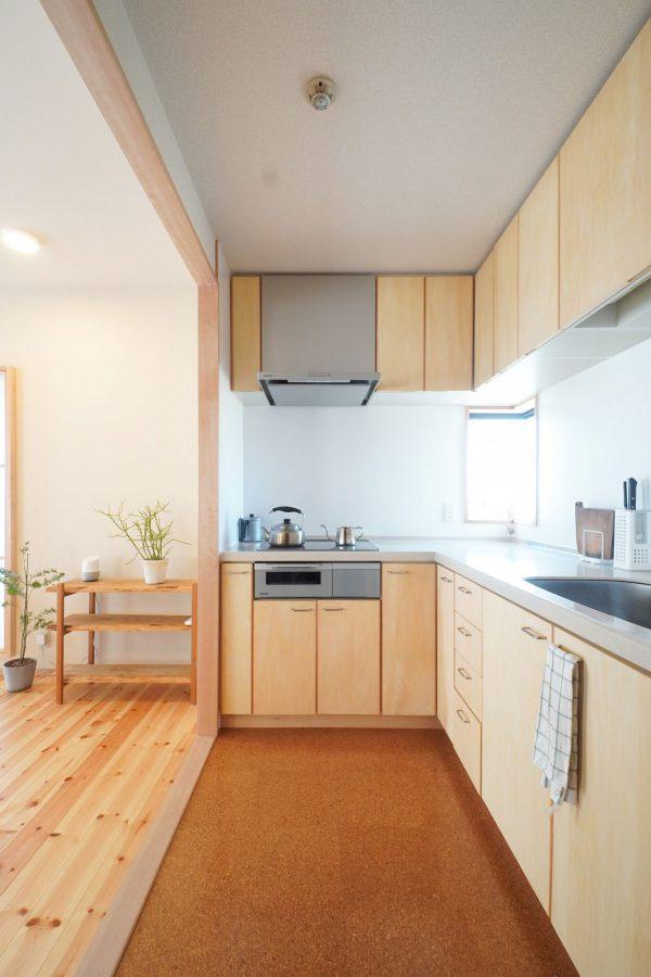 既存のキッチンを利用して、扉を交換し、下の台座にも化粧を施しました。床はクッション性のあるコルクに。