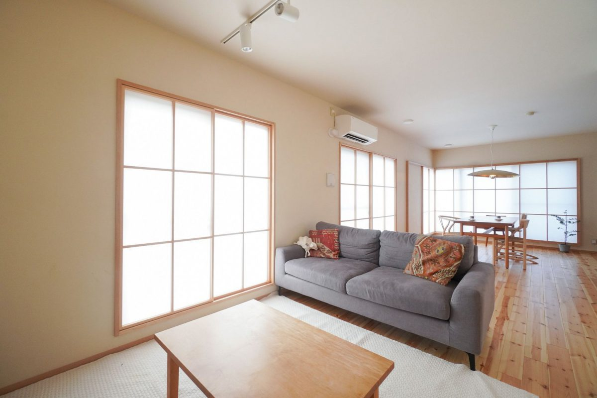 視線を遮られ空気層ができた障子はとても暖かいそうです。和室を取り払い開放感のあるLDKに。
