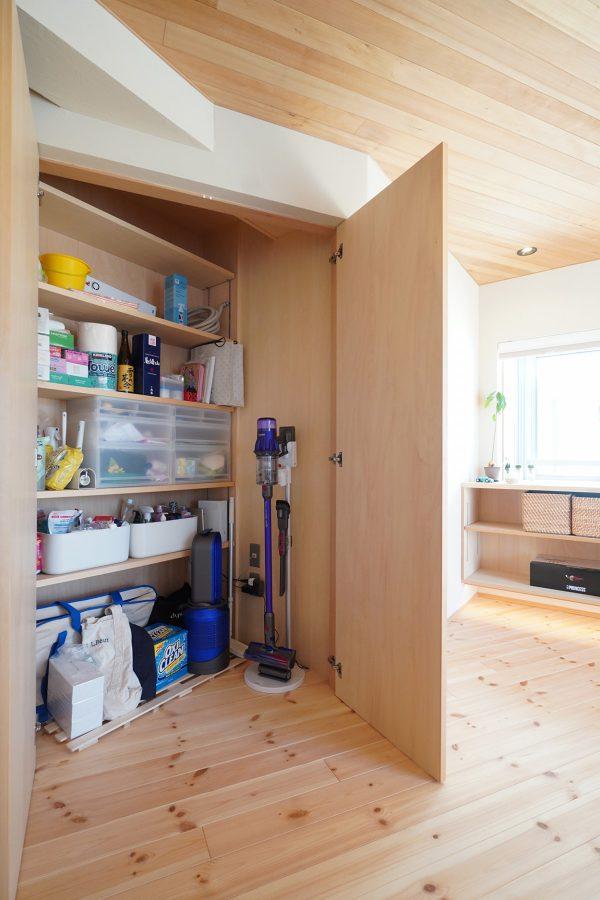 開けると意外と大容量な[斜め収納]は、掃除機の充電も庫内でできるように電源も設けています。