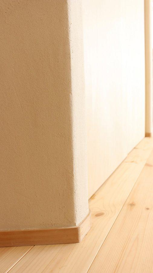 角のR処理の美しさは珪藻土を塗るとなお一層映えますね。この[斜め収納]の角度に揃えて床の斜め張りが決められました。