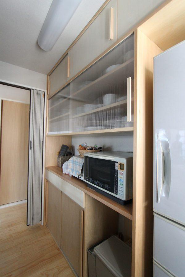 こちらもT様のスケッチが活きたキッチン背面収納。引違扉を上手く利用して見せる見せないのオンオフもしっかりと