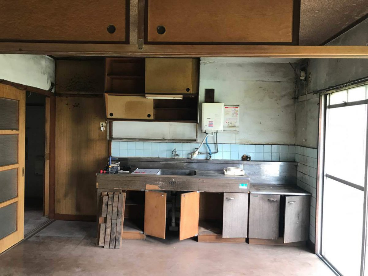 解体前のキッチンの様子。正面に小型給湯器が付いています。
