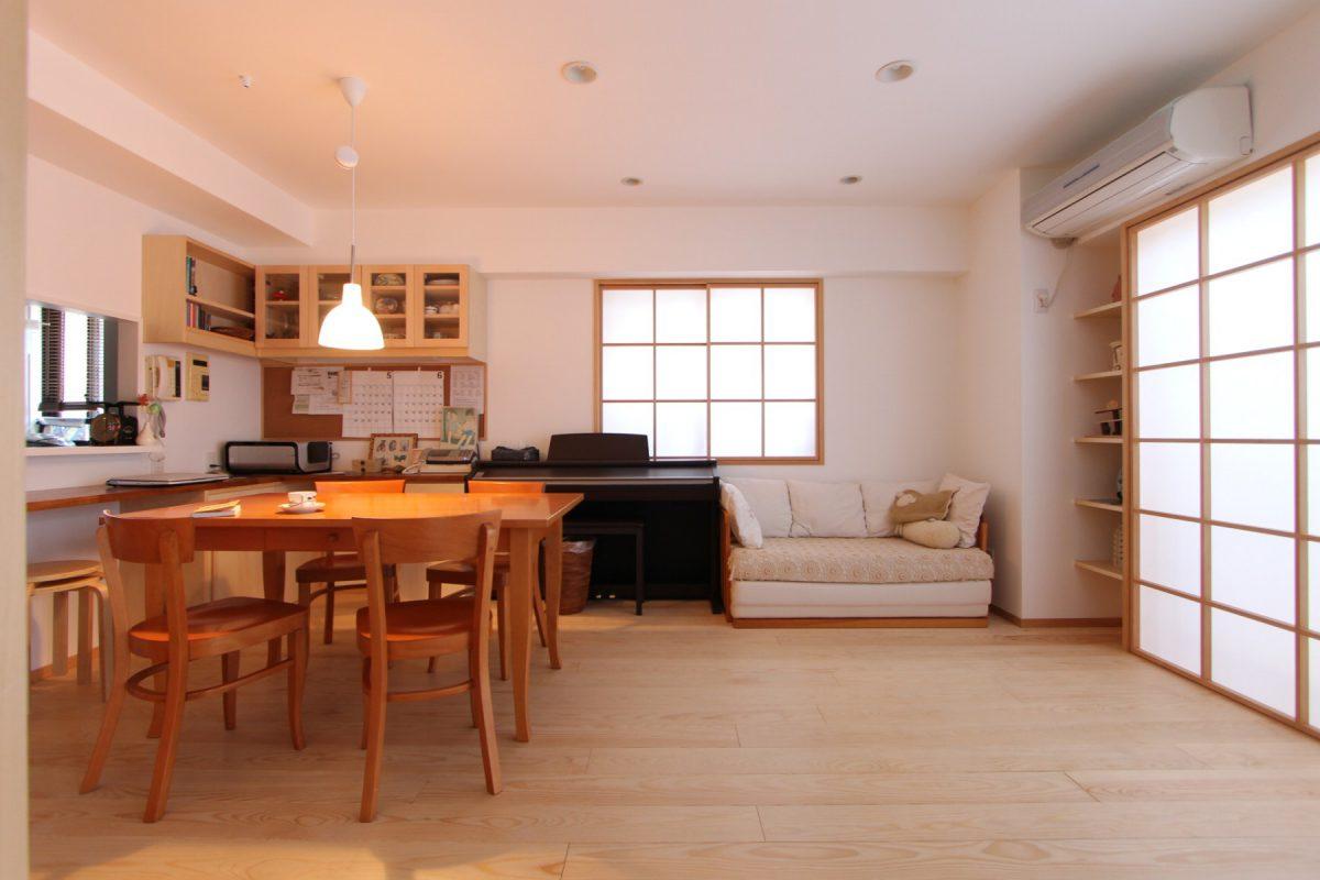 カーテンではなく障子を採用したリビングと塗装の壁。床は唐松で優しい印象に