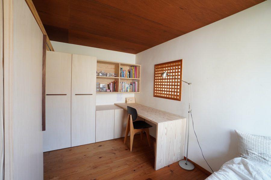 娘さんのスペース 引き戸を閉めると個室度が増します 娘さんの一番のお気に入りは机左上の棚だそう