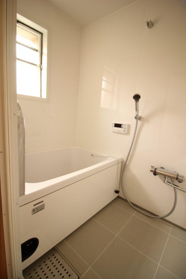 改修後のお風呂の様子。浴槽が広くなり断熱もされました。スイッチ一つでお湯になるのはやっぱり楽です。