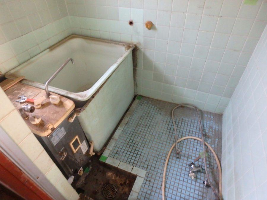 解体前の浴室の様子。バランス釜が大きいので浴槽が小さく、タイル敷きの為足元も寒い